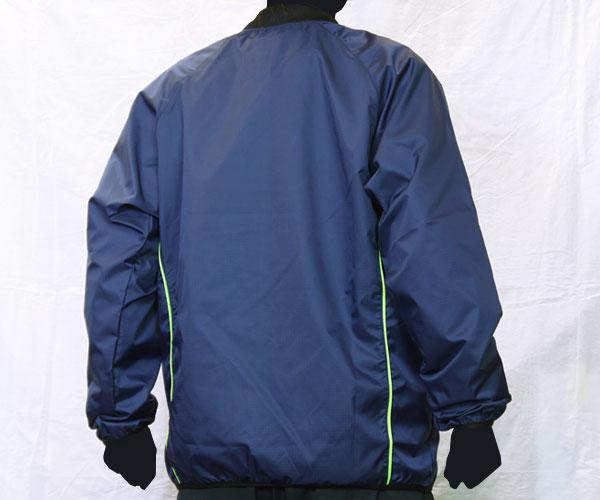 サイドのさりげないパイピング加工が特徴的な紺のサッカー用ピステ