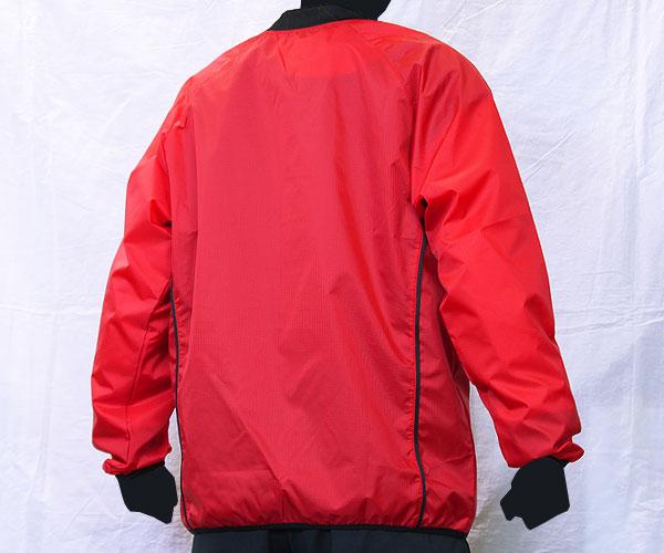 サイドのさりげないパイピング加工が特徴的な赤のサッカー用ピステ