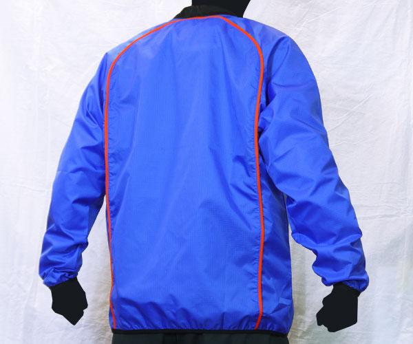 円を描くような背面のパイピング加工が特徴的な青のサッカー用ピステ