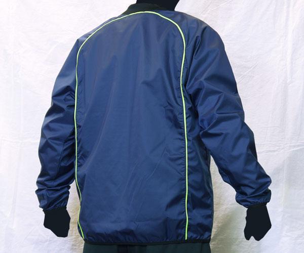 円を描くような背面のパイピング加工が特徴的な紺のサッカー用ピステ