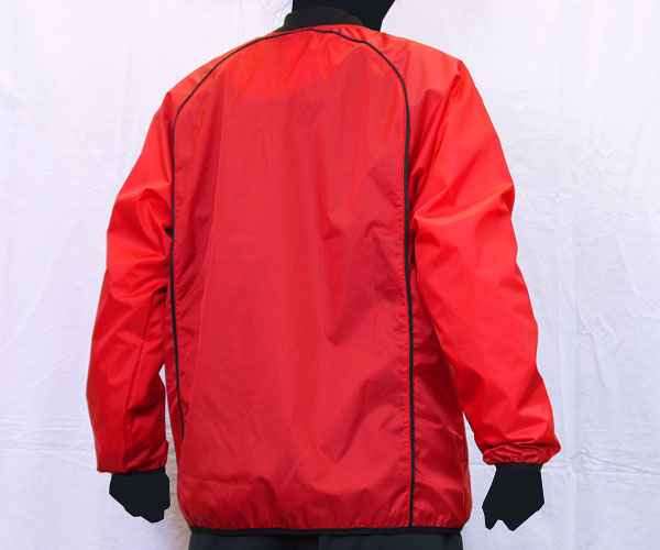 円を描くような背面のパイピング加工が特徴的な赤のサッカー用ピステ