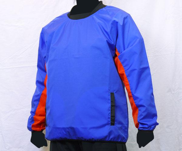 袖下部の生地をボディとは別の色に切り替えた青のサッカー用ピステ