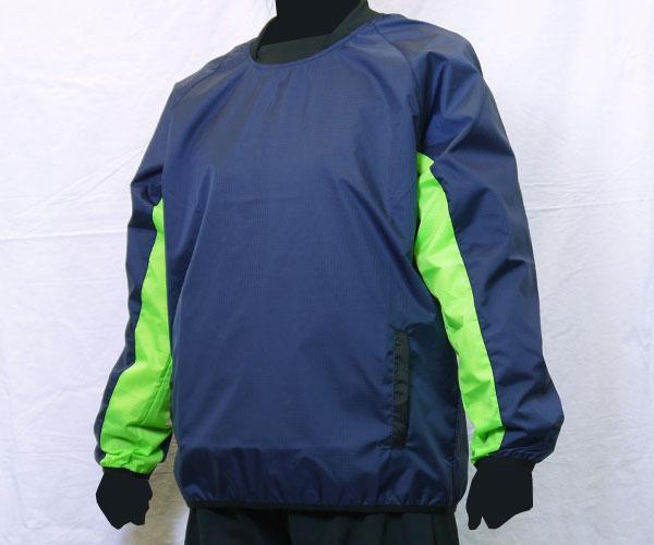 袖下部の生地をボディとは別の色に切り替えた紺のサッカー用ピステ