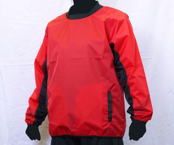 袖下部の生地をボディとは別の色に切り替えた赤のサッカー用ピステ