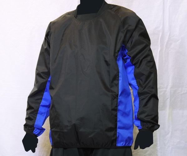 袖からサイドまで繋がるように色を切り替えた黒のサッカー用ピステ