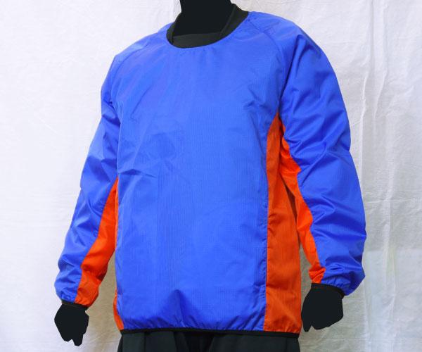 袖からサイドまで繋がるように色を切り替えた青のサッカー用ピステ