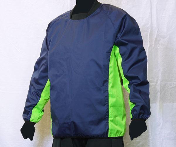 袖からサイドまで繋がるように色を切り替えた紺のサッカー用ピステ