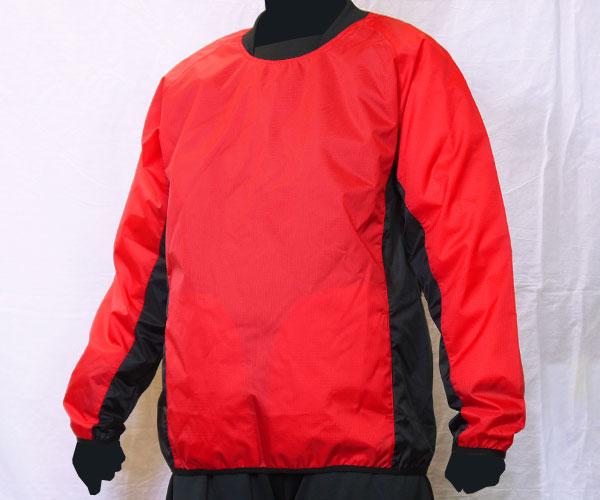 袖からサイドまで繋がるように色を切り替えた赤のサッカー用ピステ