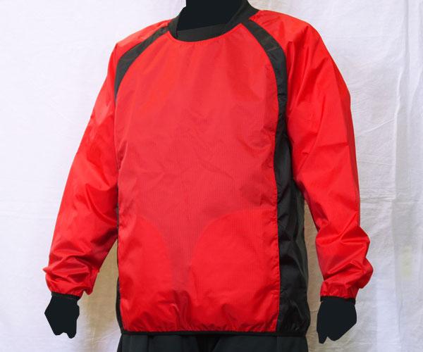 サイドからエリにかけて生地の色を切り替えた赤のサッカー用ピステ